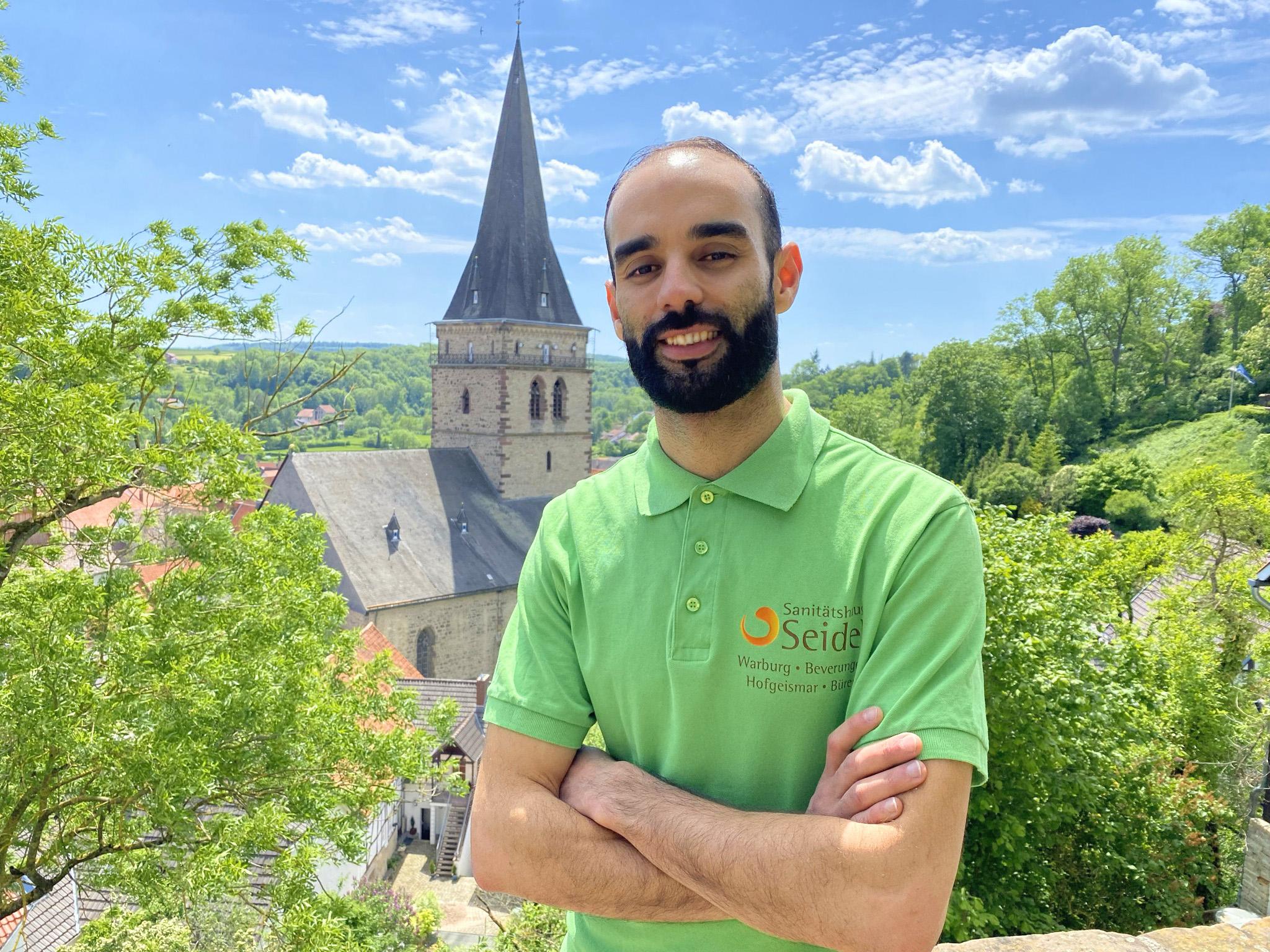 Mohcine Haj Chergui (34) macht derzeit eine Ausbildung zum Verkäufer im Warburger Sanitätshaus Seidel. Der fußballbegeisterte Marokkaner ist nicht nur im Team bestens integriert, sondern auch bei Kunden ob seiner freundlichen und humorvollen Art sehr beliebt. | (c) Sanitätshaus Seidel